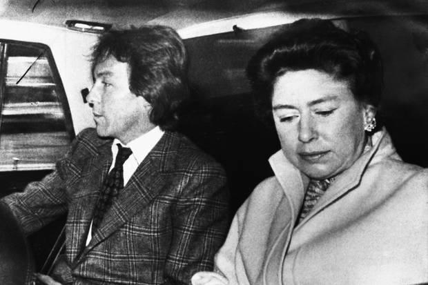 Roddy Llewellyn und Prinzessin Margaret auf dem Weg zum Flughafen in London. An jedem 27. Februar 1978 flogen die beiden nach Mustique.