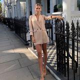 In den Szeneviertel Londons verzaubert uns Ann-Kathrin Götze mit einem Longblazer in der Farbe Beige, den sie als Mini-Kleid trägt. Ein tiefsitzender Dutt und offene Sandaletten runden ihren Streetstyle gekonnt ab.