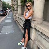 In Mailand lässt es die Frau von Mario Götze sportlich angehen: Sie trägt zum Midi-Rock mit seitlichen Beinschlitz ein simples weißes Top und sogenannte Ugly-Sneaker. Ein perfekter Look für einen Sightseeing-Tag in der italienischen Urlaubsstadt.