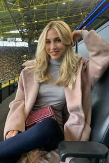 Blond, Blonder, Ann-Kathrin Götze: Das Model zeigt sich mit neuer Haarfrisur und ihre Fans sind begeistert. Diese wollten es auch schließlich so, wie das Model in einer Umfrage in ihrer Instagram-Story zeigte. Auch wir finden: Die Follower haben richtig entschieden. Das Blond steht der 29-Jährige ausgezeichnet.