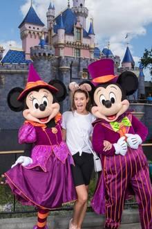 Schauspielerin Lea Michele läutet gemeinsam mit Minnie und Micky die Halloween-Saison im Disneyland in Kalifornien ein.