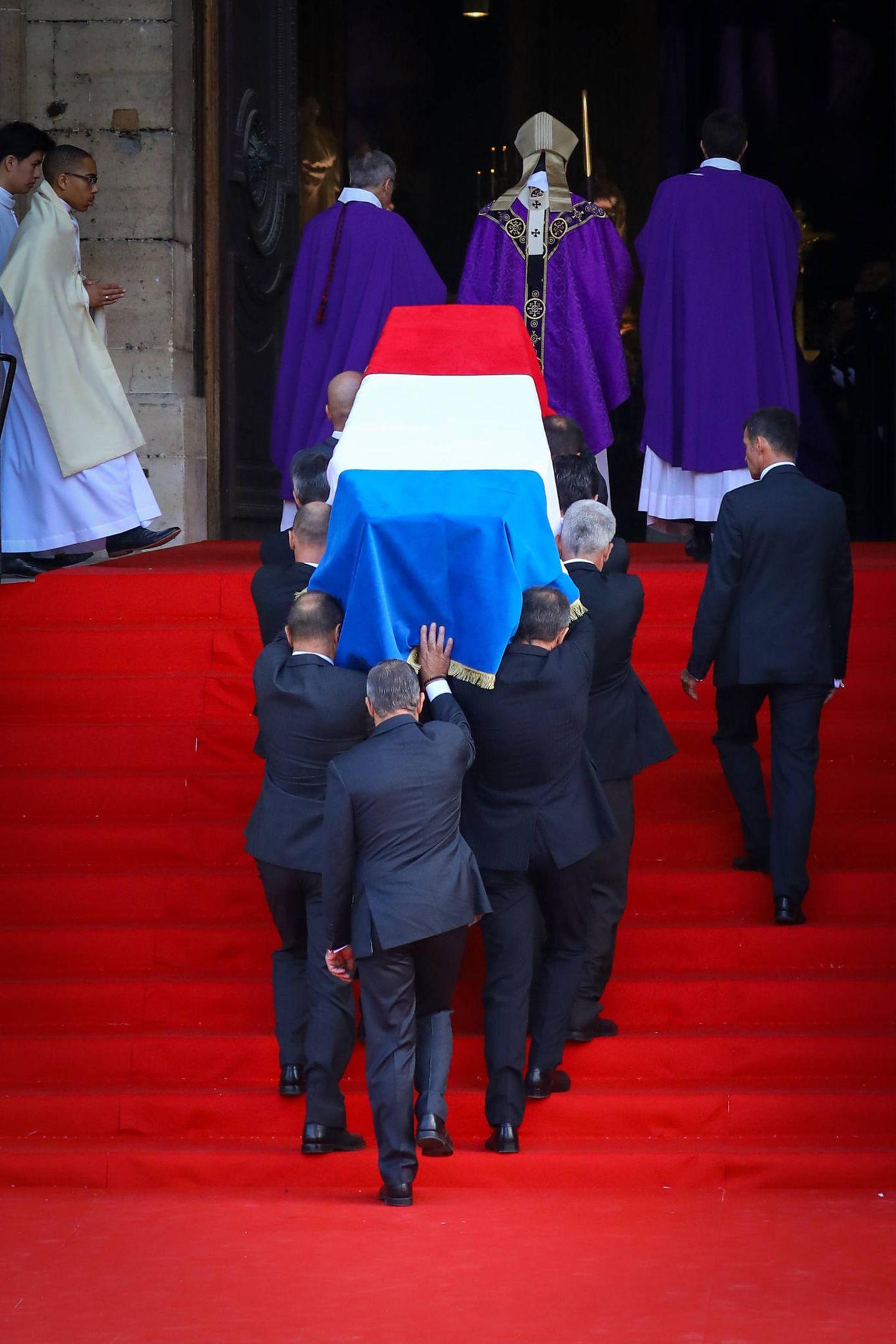 Der mit einer französischen Flagge umhüllte Sarg wird in die Pariser Kathedrale Saint-Sulpice getragen.