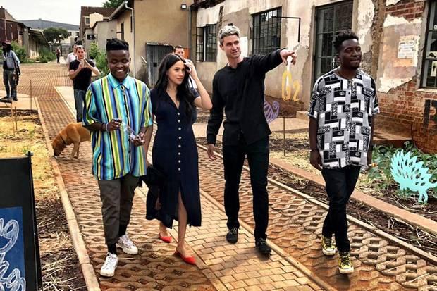 Herzogin Meghan trägt in Johannesburg ein dunkelblaues Midi-Kleid.