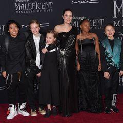 """30. September 2019  Bei der """"Maleficient""""-Premiere erscheint Angelina Jolie mit fünf ihrer Kids und posiert mit Pax, Shiloh, Vivienne, Zahar und Knox auf dem roten Teppich. Einer fehlt allerdings: Der 18-jährigeMaddox ist erst vor Kurzem fürs Studiumnach Südkorea gezogen und kann am Familienausflug nicht teilnehmen."""
