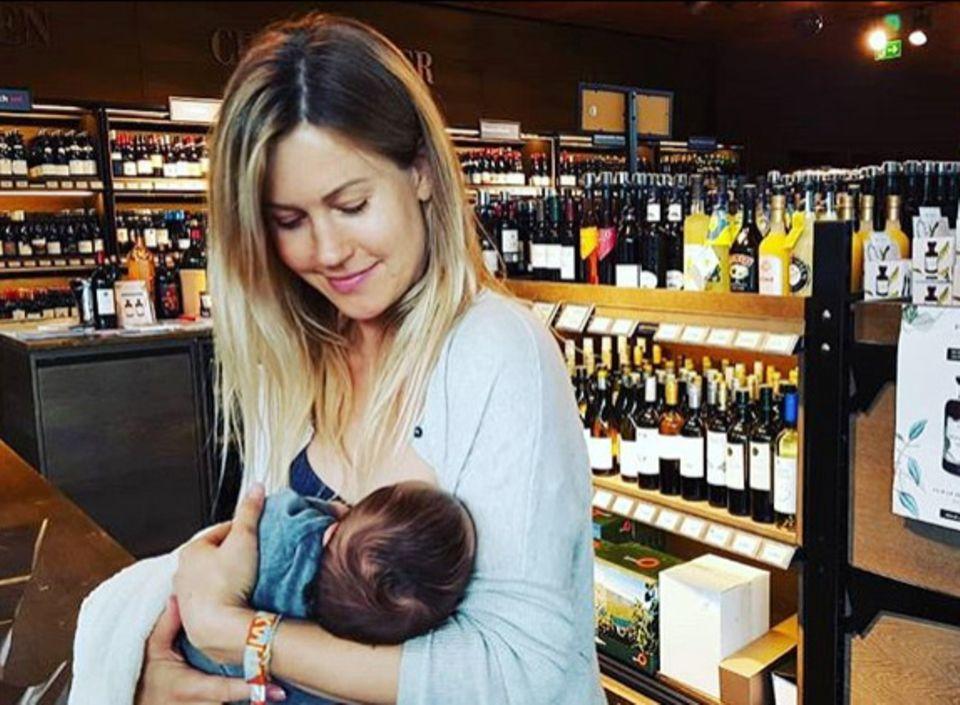Mittenim Getränkeladen bekommt Wolke Hegenbarths kleiner Baby-Sohn ein Schlückchen von Mama.Auf ihrem Instagram-Account hält die Schauspielerin damit ein Plädoyer fürs Stillen –auch in der Öffentlichkeit.