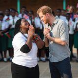Prinz Harry + Herzogin Meghan: Tag 7 Am siebten Tag seiner Reise ist Prinz Harry in Malawi angekommen. Er unterhält sich mit Angeline Murimirwa über das CAMA-Netzwerk, ein Bildungsprojekt für junge Frauen in Malawi.