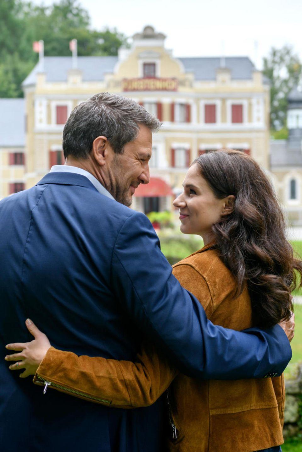 """""""Sturm der Liebe"""": Arm in Arm mit ihrem Vater Christoph (Dieter Bach, l.) verabschiedet sich Denise (Helen Barke, r.)vom Fürstenhof."""