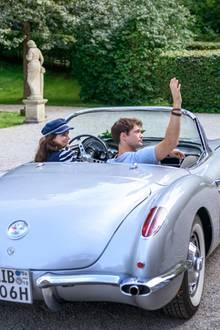 """""""Sturm der Liebe"""":Denise (Helen Barke, l.) und Joshua (Julian Schneider, r.) verabschieden sich vom Fürstenhof (Folge 3264)."""