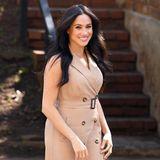 Meghan betont mit diesem Look ihre schöne Taille und ihre schlanken Beine. Trenchcoat-Kleider scheinen es der Herzogin generell angetan zu haben.