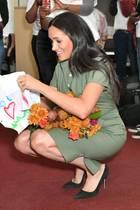 Herzogin Meghan bekommt Blumen und selbst gemalte Bilder.