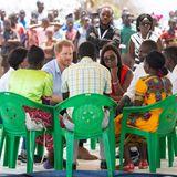 "Prinz Harry + Herzogin Meghan: Derweil informiert sich Prinz Harry beim Besuch im ""Mauwa Health Centre"" in Blantyre, Malawi, über das ""Pharmacy in a Box & Youth Reproductive Health Outreach""-Programm."
