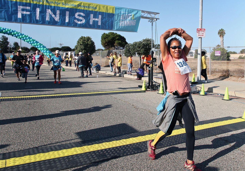 """29. September 2019  Während Herzogin Meghan auf Afrika-Reise ist, zeigt sich ihre Mutter Doria Ragland von der sportlichen Seite. Für einen guten Zweck nimmt sie am21. """"Alive And Running""""-Lauf fürSuizid Prävention in Los Angeles teil."""