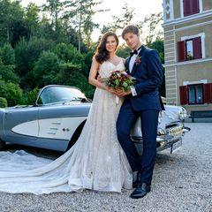 Endlich verheiratet! Denise (Helen Barke, l.) und Joshua (Julian Winter) genießen ihr Liebesglück.