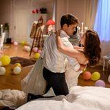 Romantisch:Joshua (Julian Schneider, l.) und Denise (Helen Barke, r.) starten in ihre Hochzeitsnacht.