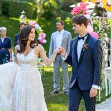 Denise (Helen Barke, v.l.) und Joshua (Julian Schneider, v.r.) eröffnen den Hochzeitstanz.