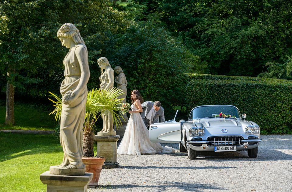 Christoph (Dieter Bach, r.) fährt die strahlende Braut Denise (Helen Barke, l.) zur Trauung.