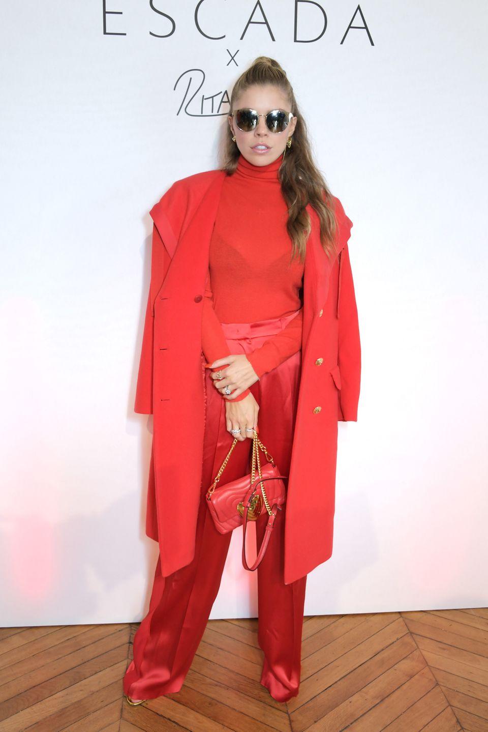 Ebenfalls komplett in Rot und im ähnlichen Stil erscheint Moderatorin Victoria Swarovski in einem Allover-Look von Escada auf dem roten Teppich.
