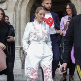 Die frisch verheiratete Ellie Goulding kommt gerade der Laufstegshow der Designerin Stella McCartney und beeindruckt die Fotografen in einem auffälligen Suit mit Prints an Beinen und Oberkörper der Designerin.
