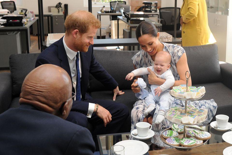 Prinz Harry ist wild entschlossen, seine kleine Familie - seine Frau Meghan und Baby Archie - zu beschützen. Auch wenn er dafür Wege beschreiten muss, die das Königshaus ungern geht.