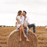 20. August 2019  Fehlt nur noch das Bett... Angelina und Sebastian erfreuen ihre Instagram-Follower mit diesem sommerlichen Kuss-Foto im Kornfeld.