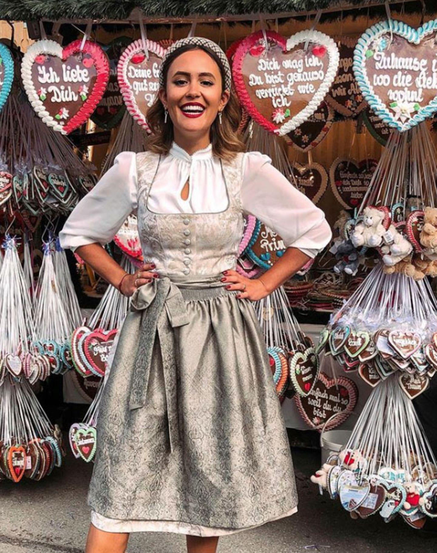 Oktoberfest 2019: I mog di! Zwischen Lebkuchenherzen und Teddybären strahlt  Bloggerin Laura Noltemeyer im feschen Dirndl.