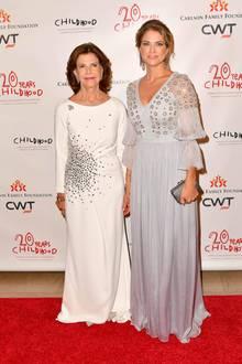 In New York unterstütztPrinzessin Madeleine ihre Mutter Königin Sylvia beider Childhood-Gala. Von vorne bezaubertihr zartes Kleid schon mit Volants und Stickereien…
