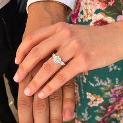 Stolz zeigt Prinzessin Beatrice ihren hübschen Verlobungsring.