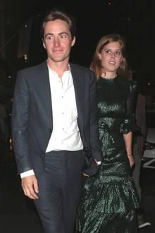"""1. Oktober 2019  Erster Auftritt seit der Bekanntgabe ihrer Verlobung: Edoardo und Beatrice sind in London auf dem Weg zu einer Boutique von Dior. Dort soll dasneu erschieneneBuch""""The Dior Sessions"""" vorgestellt werden."""
