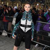 ChloëGrace Moretz präsentiert schon vor der Show einen der gewohnt futuristischen Looks von Louis Vuitton.