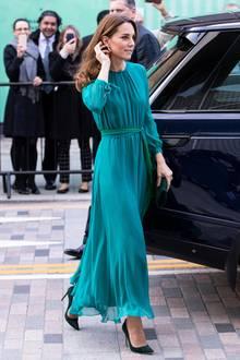 Am 14. Oktober starten Herzogin Catherine und Prinz William ihren Staatsbesuch in Pakistan. Beim vorangehenden Treffen im Londoner Aga Khan Centre stimmt sich Kate mit diesem petrolfarbenen, weich fließenden Herbstkleid stylisch schon mal perfekt ein.