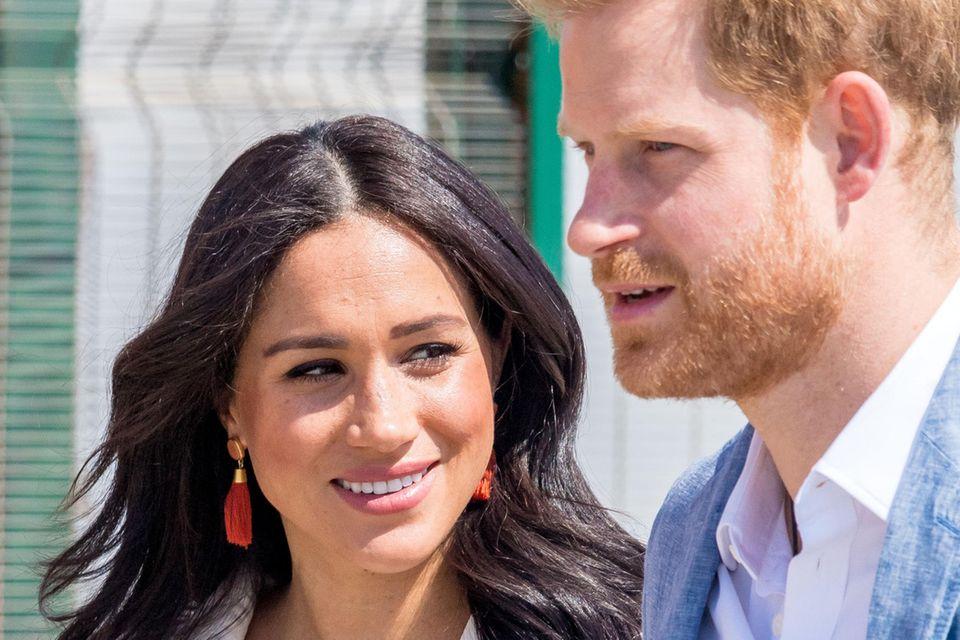 Prinz Harry + Herzogin Meghan: Das royale Paar ist nach Harrys Ausflügen nach Malawi und Angola endlich wieder vereint und sichtlich happy darüber.