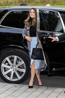 Sicherer Auftritt: Prinzessin Sofia trägt zur Konferenz für Lernschwäche in Stockholm einen schwarzen Rollkragenpullover undeinen hellblauen Bleistiftrock aus Leder. Dazu kombiniert sie schwarze Pumps und eine gleichfarbige Tasche. Der Hingucker dieses Outfits ist aberihr Mantel…