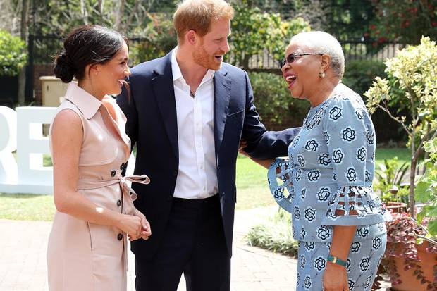 Herzogin Meghan und Prinz Harry begrüßen Graca Machel in Johannesburg.