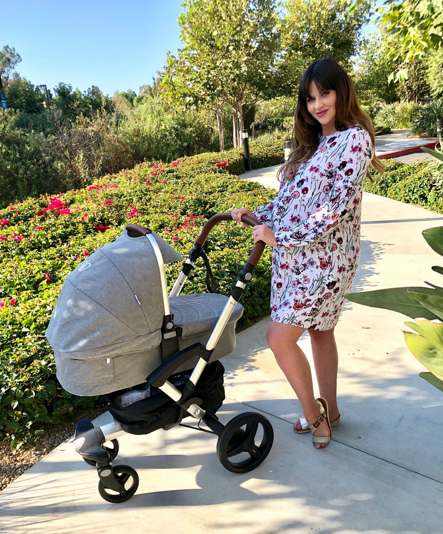 Hochschwanger und mit luftigen Sommerkleid posiert Hana Nitsche im August 2018 mit ihrem zukünftigen Kinderwagen. Jetzt, ein Jahr und zwei Monate später ....