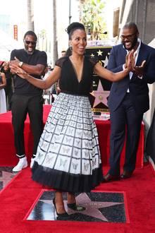 1. Oktober 2019  Kerry Washington tanzt auf einem anderen Stern, und das sogar im wahrsten Sinne des Wortes. Der neueste Stern auf dem Walk of Fame in Hollywood gehört nämlich nicht ihr, sondern dem Schauspieler Tyler Perry (r.). Der amüsiert sich aber zusammen mit Schauspieler Idris Elba (l.) ganz köstlich über diese kleine artistische Einlage.