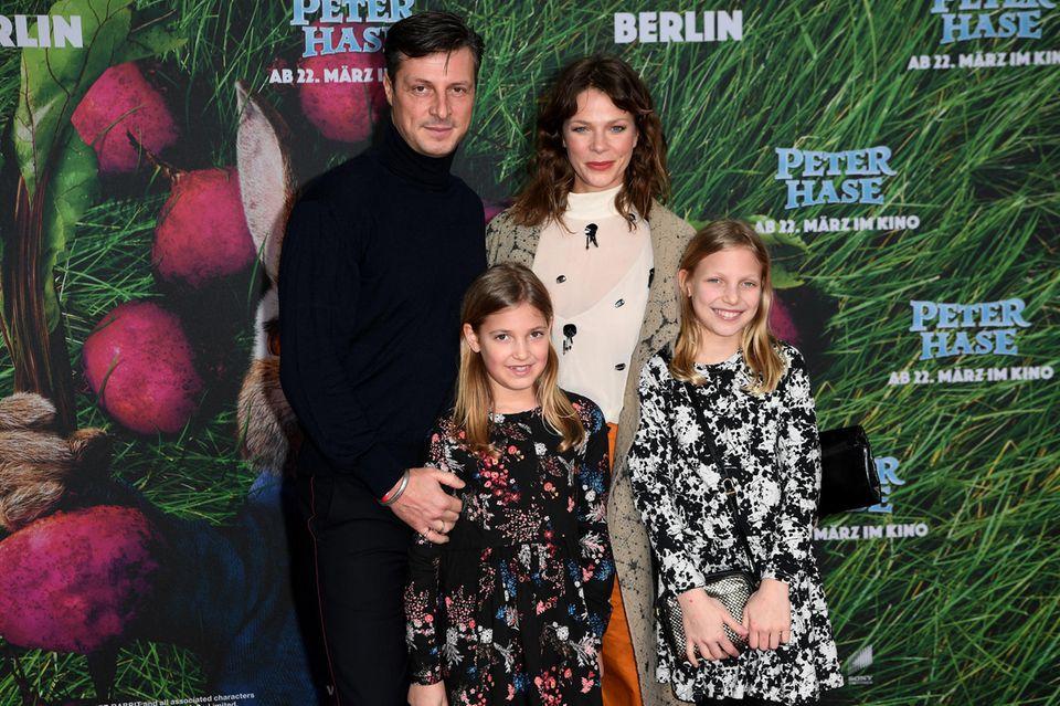 Jessica Schwarz mitMarkus Selikovsky und seinen Töchtern Marlena und Marie bei einer Film-Premiere 2018.