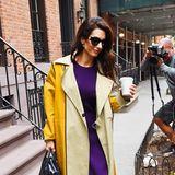 Sonniges Gelb und kräftiges Lila sind genau die richtigen Farben, die es bei trübem Herbstwetter braucht. Amal Clooney zeigt mit diesem stylischen Trenchcoat-Look, wie's geht.