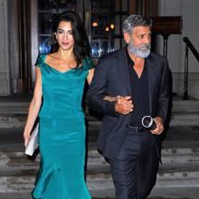 Zur Date Night mit Ehemann George zeigt sich Amal Clooney im eleganten Seiden-Dress im angesagten Petrol-Farbton.