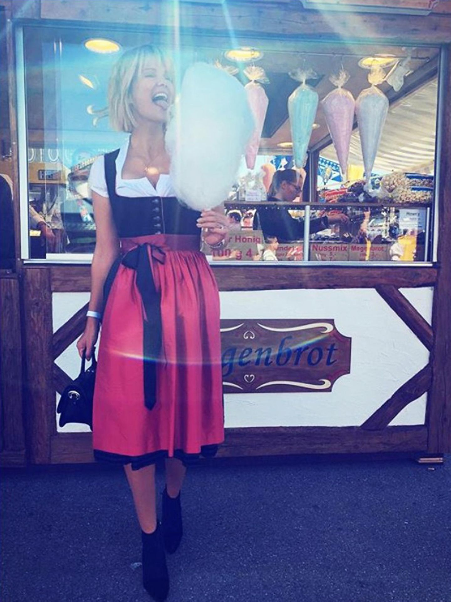 Monica Meier-Ivancan lässt sich auf dem Oktoberfest die Zuckerwatte und Sonnenstrahlen schmecken.