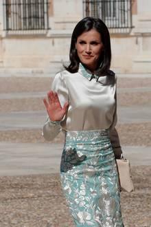 Denn die cremefarbene Bluse spiegelt das Muster ihres Rockes an Kragen und Manschetten wider. Eine Kreation des spanischen Designers Juan Duyos. Dazu kombiniert Königin Letizia eine ebenfalls cremefarbene Clutch und sowie beigefarbenen Pumps.