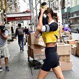 Mit Kaffeebecher und Mini-Täschchen gewappnet, stürzt sich dieses Model in den Großstadt-Dschungel New Yorks. Den Paparazzi gerät sie dennoch vor die Kameralinse ...