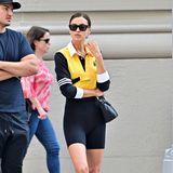 Es ist Irina Shayk, die sich an diesem Tag partout nicht ablichten lassen will. Ganz casual wird sie dort dennoch gesichtet: Zu einer schwarzen Radlerhose trägt sie ein schwarz-gelbes, langärmeliges Shirt im angesagten Crop-Top-Stil und weiße Sneaker. Ein super Street-Style für die wohl letzten warmen Herbsttage in New York.