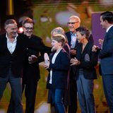 """Die Crew vom Kinohit """"Der Junge muss an die frische Luft"""" mit Hauptdarsteller Julius Weckauf feiert den Gewinn des Comedypreise für die """"Erfolgreichste Kinokomödie""""."""