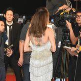 Der tiefe Rückenausschnitt lässt freie Sicht auf die vielen Tattoos der Schauspielerin, die zwischen den funkelnden Trägern des Kleids hervorblitzen.