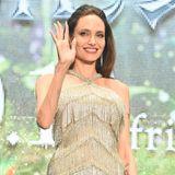 """Luxus pur verkörpert Angelina Jolie bei der Premiere ihres Kinofilms """"Maleficent 2"""" in Japan. In einer glitzernden Couture-Robe von Ralph & Russo präsentiert sie sich der Weltpresse. Das Neckholder-Dress aus der Herbst-Kollektion 2019 ist eine eher untypische Kleiderwahl für die Schauspielerin ..."""