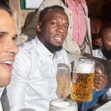 Wie schnell er wohl sein Bier austrinken kann? Rekordsprinter im Ruhestand Usain Bolt genießt auf der Wiesn seine Maß.