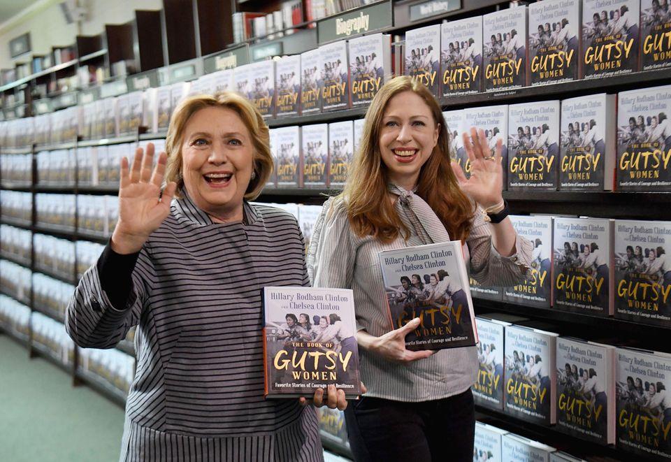"""3. Oktober 2019  Die demokratische Politikerin und einstige First-Lady Hillary Clintonhat mit ihrer Tochter Chelsea ein Buch über mutige Frauen veröffentlicht. Stolzen Schrittes erscheinen die beiden Damen zur Signierstunde von""""The Book of Gutsy Women: Favorite Stories for Courage and Resilience"""" in New York City."""