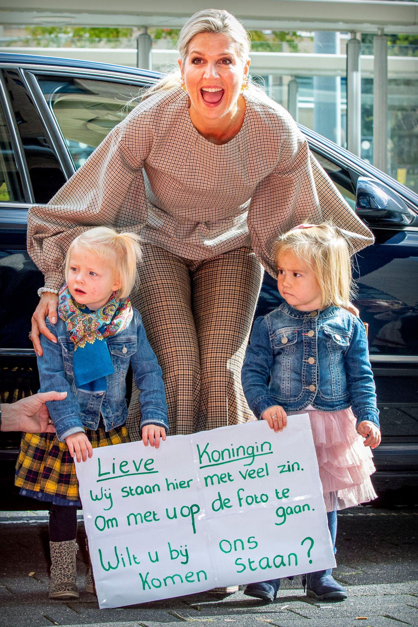 3. Oktober 2019  Königin Máxima besucht n Amersfoort, Niederlande,die Organisation MIND, die sich für eine psychisch und mental starke Gesellschaft einsetzt. Bei ihrer Ankunft wird sie von zwei kleinen Mädchen mit Hilfe eines handgeschriebenen Plakatesum ein Foto gebeten.