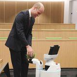 3. Oktober 2019  Bei der Eröffnung des neuen H B Allen Centre am Keble College in Oxford, interagiert Prinz William mit Bambam, einem Roboter, der Dinge aus seiner Umwelt einsammelt. VonPrinz William bekommt er ein Pflänzchen überreicht.