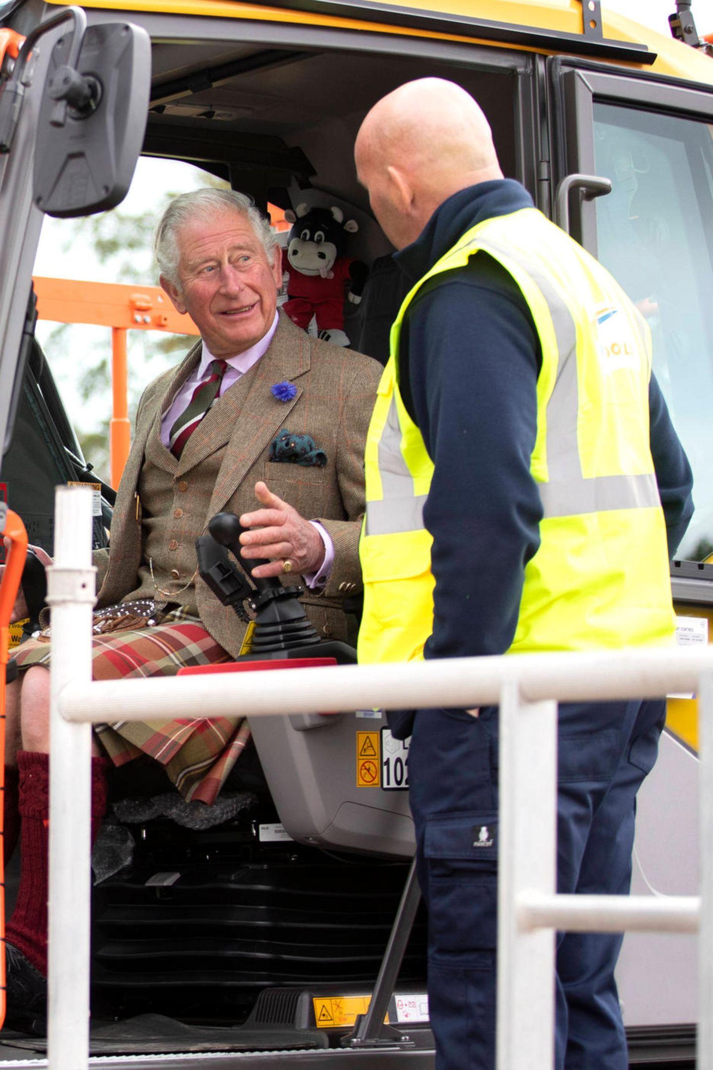 2. Oktober 2019  Prinz Charles und HerzoginCamillasind zu Besuch in Cornwall, und Charles darf dabei zur Eröffnung desneuen Hauptsitzes von W M Donald Limited sogar im Schottenrock Bagger fahren.